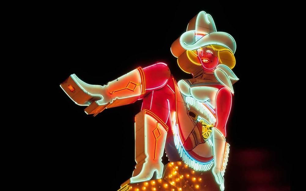 Neon Cowgirl 'Vegas Vickie' est officiellement retraitée de l'horizon de Las Vegas